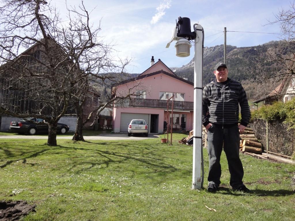 Jürg Zogg neben Wetterstation Oberschan